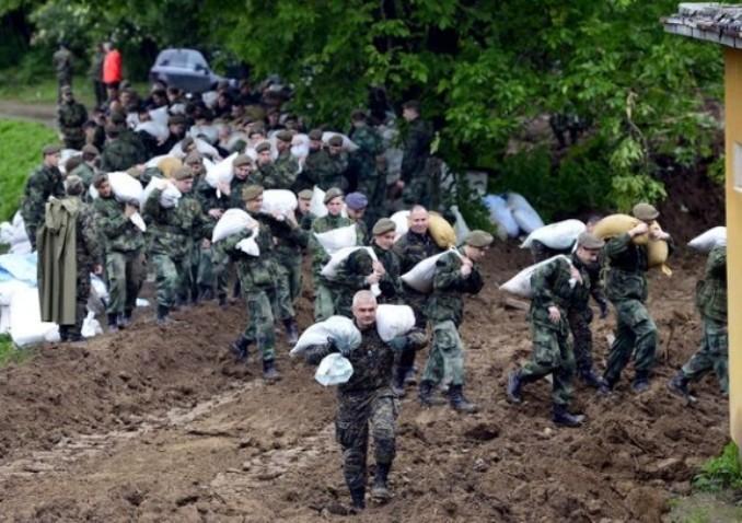 poplava-vojska-nosi-dzakove-tanjug-610x406